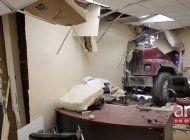 camion se estrella contra una oficina de statefarm en miami