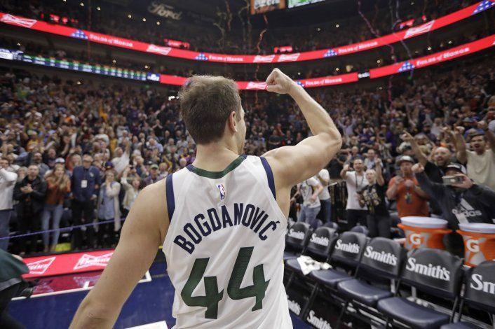 Bogdanovic encesta triple sobre la bocina, Jazz gana a Bucks