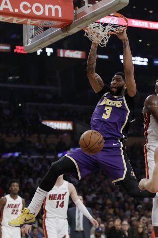 Davis anota 26, Lakers ganan a Heat e hilan 7mo triunfo