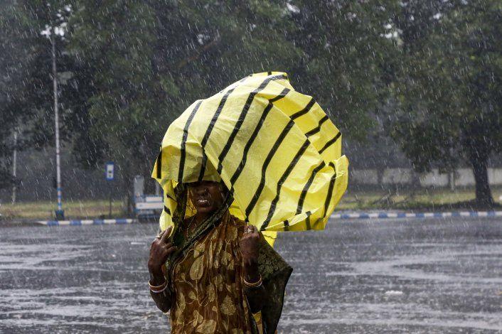 Un fuerte ciclón azota el noreste de India y Bangladesh