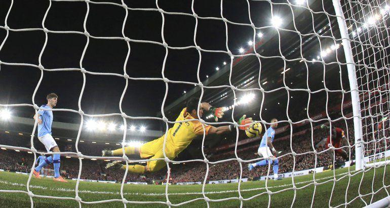 Liverpool se aferra a la cima con victoria sobre el City