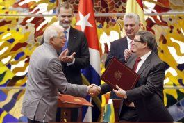 reyes de espana se reunen en cuba con diaz-canel y firman acuerdo de cooperacion