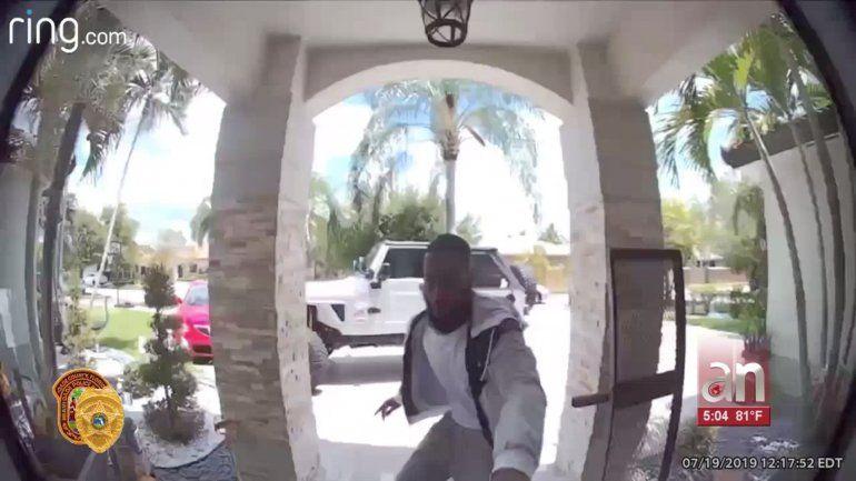 Llamó al banco pidió una tarjeta de crédito de reemplazo y luego esperó a que llegara al buzón de la víctima