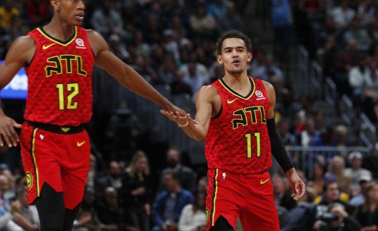 Young luce con 42 puntos; Hawks se imponen a Nuggets