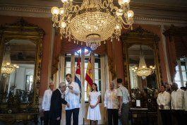 reyes de espana recorren la habana y premian a intelectual