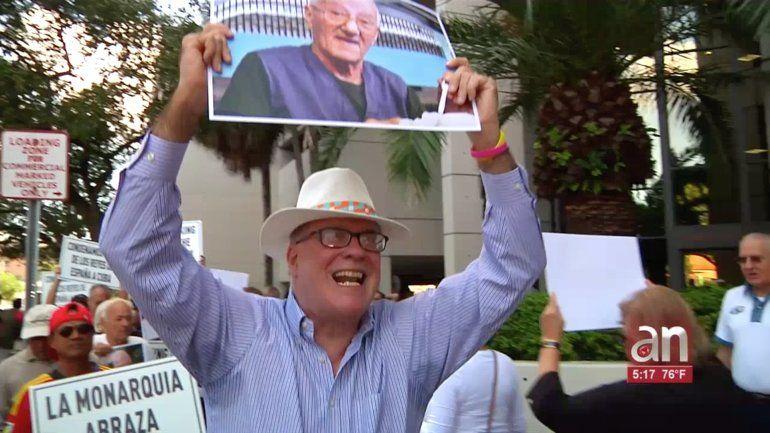 Exiliados cubanos realizaron una manifestación ante el consulado de España en Miami en protesta por la visita de los Reyes a la isla