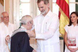 los reyes de espana imponen la gran cruz de la orden de carlos iii a eusebio leal