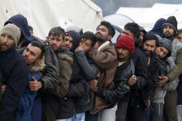 toque de queda en 2 campamentos para migrantes en bosnia