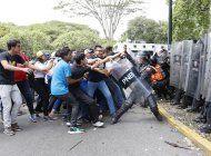 universitarios y policias se enfrentan en venezuela
