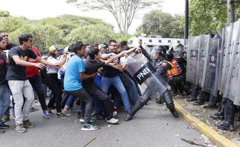 Universitarios y policías se enfrentan en Venezuela