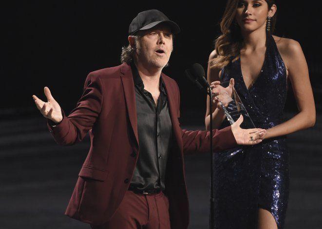 Lars Ulrich entrega a Juanes el premio a la Persona del Año