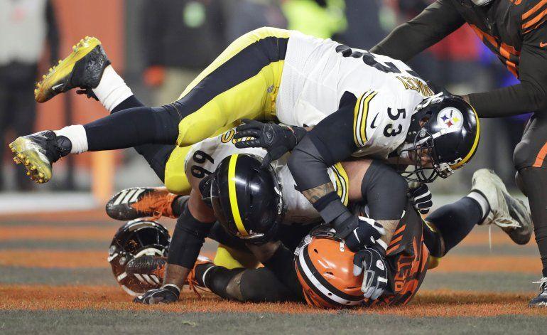 Browns sorprenden a Steelers en duelo empañado por pelea