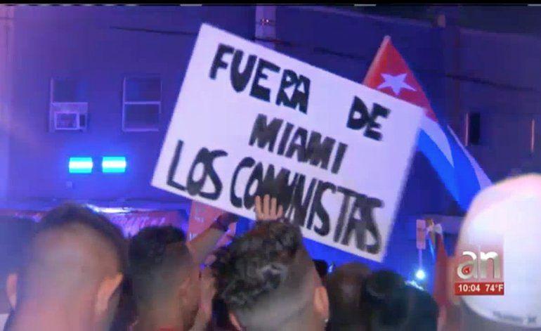 Decenas de exiliados cubanos protestaron contra los artistas que defienden al castrismo y vienen a cantar a Miami