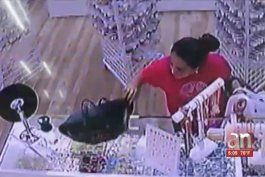 captada en camara mujer robando billetera en el mall de las americas