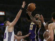 lakers ganan a kings 99-97 con tapon de davis sobre bocina