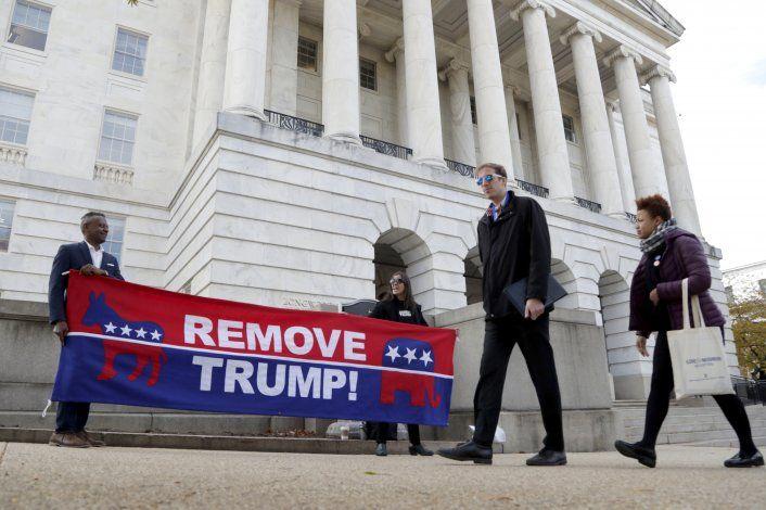 Testimonio de diplomático compromete a Trump