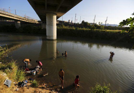 Migrantes devueltos por EEUU, el nuevo botín de los cárteles