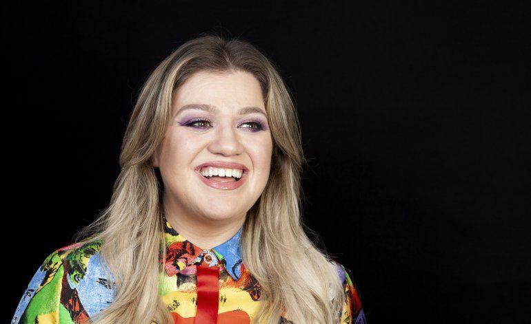 Kelly Clarkson suma a su lista de títulos madrina de crucero