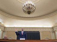 exasesora de trump debilita defensa en juicio politico