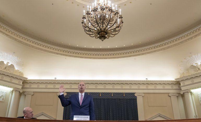 Exasesora de Trump debilita defensa en juicio político