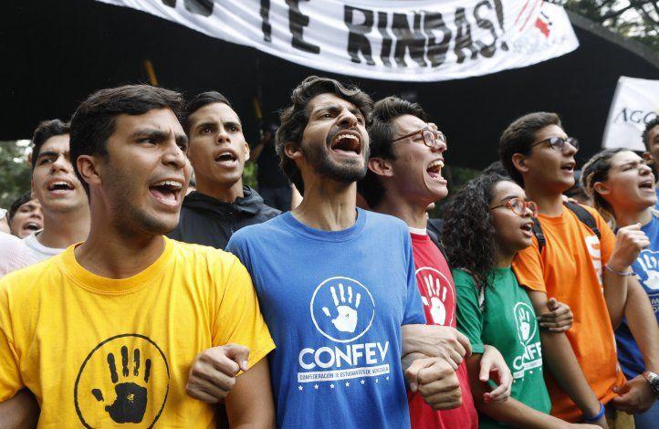 Estudiantes venezolanos toman las calles y entregan documentos a militares