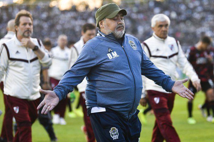 Maradona da marcha atrás con renuncia y vuelve a Gimnasia