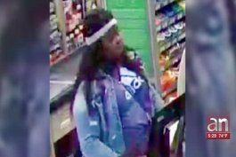 mujer se va de compras con la tarjeta de credito que le robo a una anciana de 85 anos