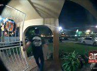 chefer choca a un vehiculo parqueado a las afuera de una casa en hialeah y se da a la fuga