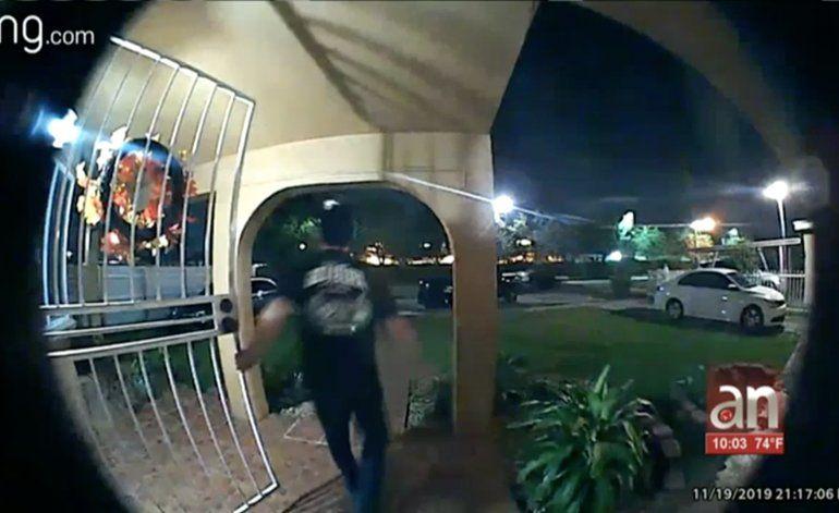 Chofer choca a un vehículo parqueado a las afuera de una casa en Hialeah y se da a la fuga