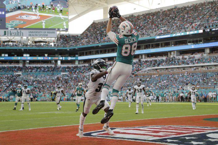 A base de trucos, Dolphins remontan para vencer a Eagles