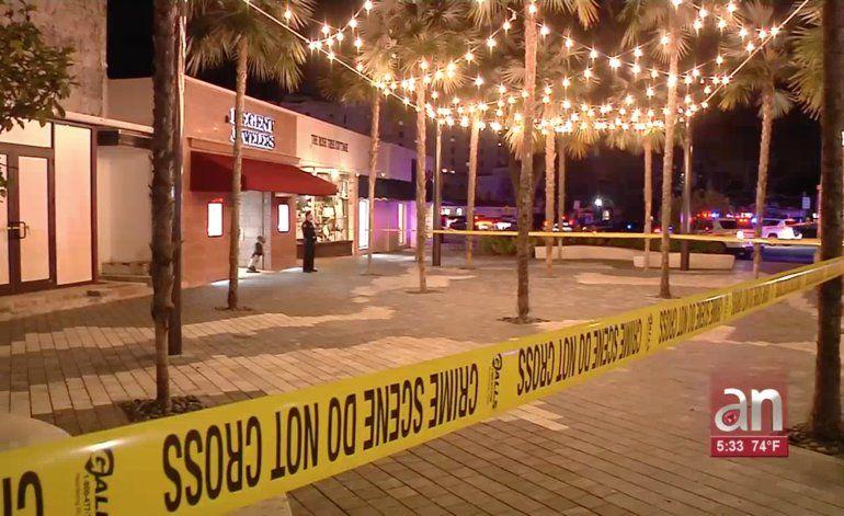 Sale del hospital mujer herida en asalto en joyería de Coral Gables