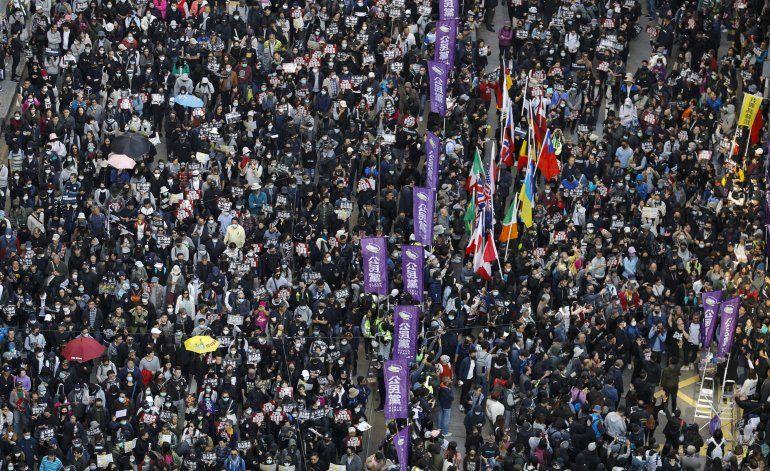 Miles marchan en Hong Kong al cumplirse 6 meses de protestas