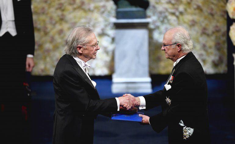 Entre protestas, Peter Handke recibe su Nobel de literatura