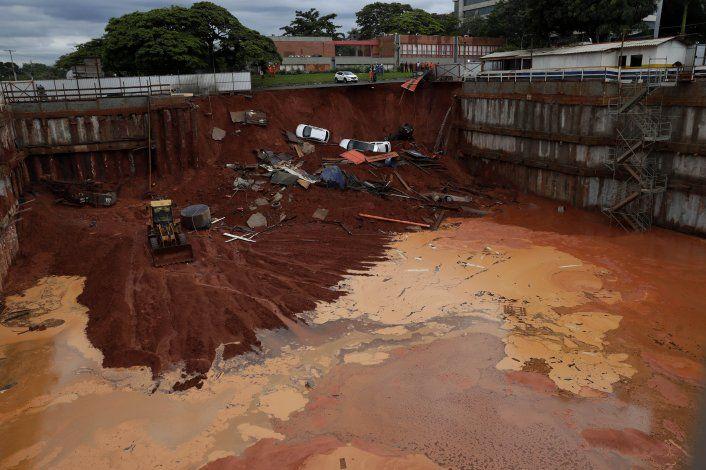 Brasil: un hoyo se expande en una obra y se traga 4 autos