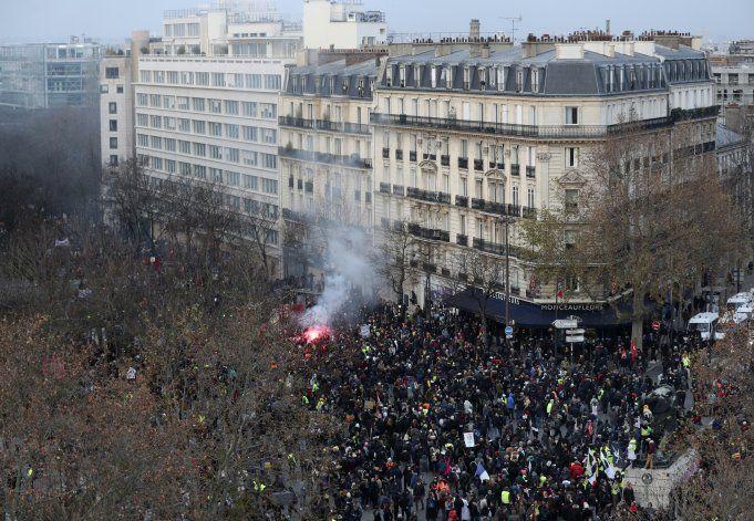 Gobierno de Francia ofrece concesiones en plan jubilatorio