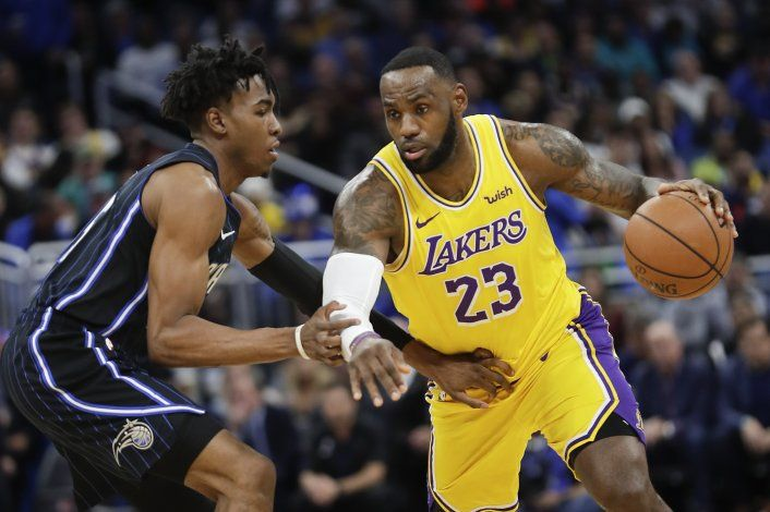 LeBron guía a Lakers en triunfo sobre Magic