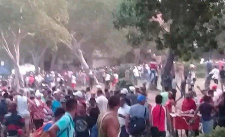 Bronca en la pelota cubana termina en una riña tumultuaria en las calles de Santiago de Cuba