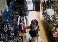 captada en camara quedouna mujer que robo en una joyeria del suroeste de miami-dade