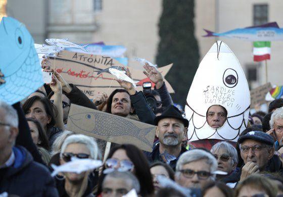 Movimiento antipopulista Sardinas llena plaza en Roma