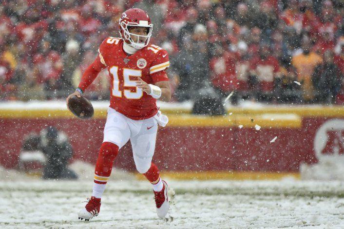 Chiefs le pasan encima a Broncos bajo nevada