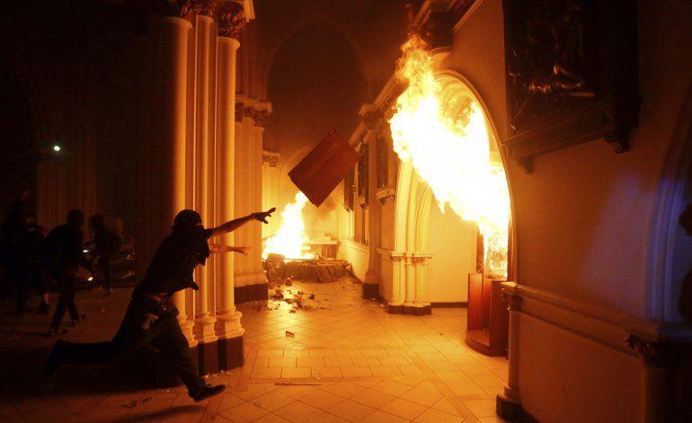 Arde templo policial chileno en medio de protestas