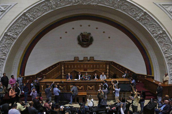 AP EXPLICA: Toma del Congreso agrava crisis de Venezuela