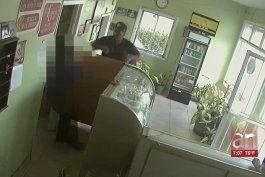 captado en camara el intento de robo a una panaderia en miami