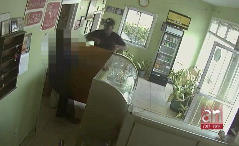Captado en cámara el intento de robo a una panadería en Miami