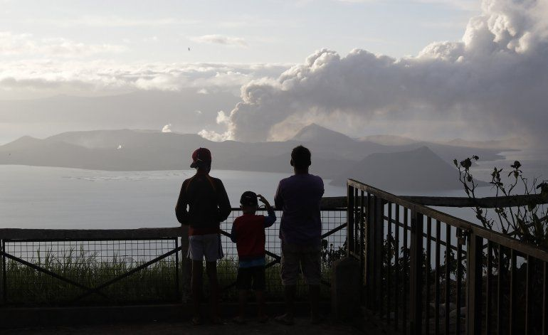 Volcán filipino tiembla y lanza lava a 800 metros de altura