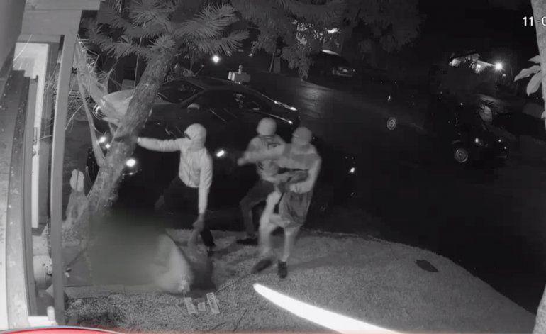 FBI pide ayuda en caso de hombre asesinado en la puerta de su casa mientras le robaban