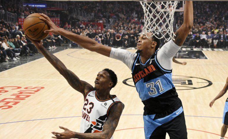 Leonard anota 43 y los Clippers derrotan a los Cavaliers