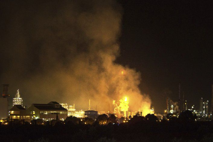 España: Suman 3 muertos por explosión en planta química