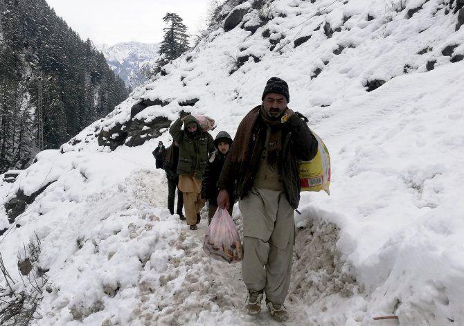 Aumenta cifra de muertes por tormenta en Cachemira