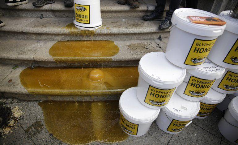 Apicultores usan miel para protesta pegajosa en Berlín